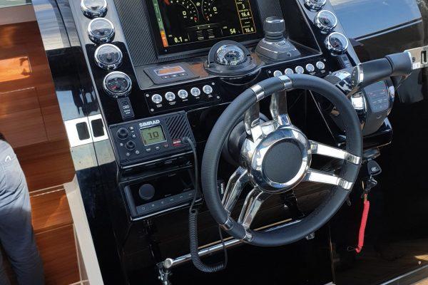 Aurea Yachts 30 Cabin T.Top - consolle
